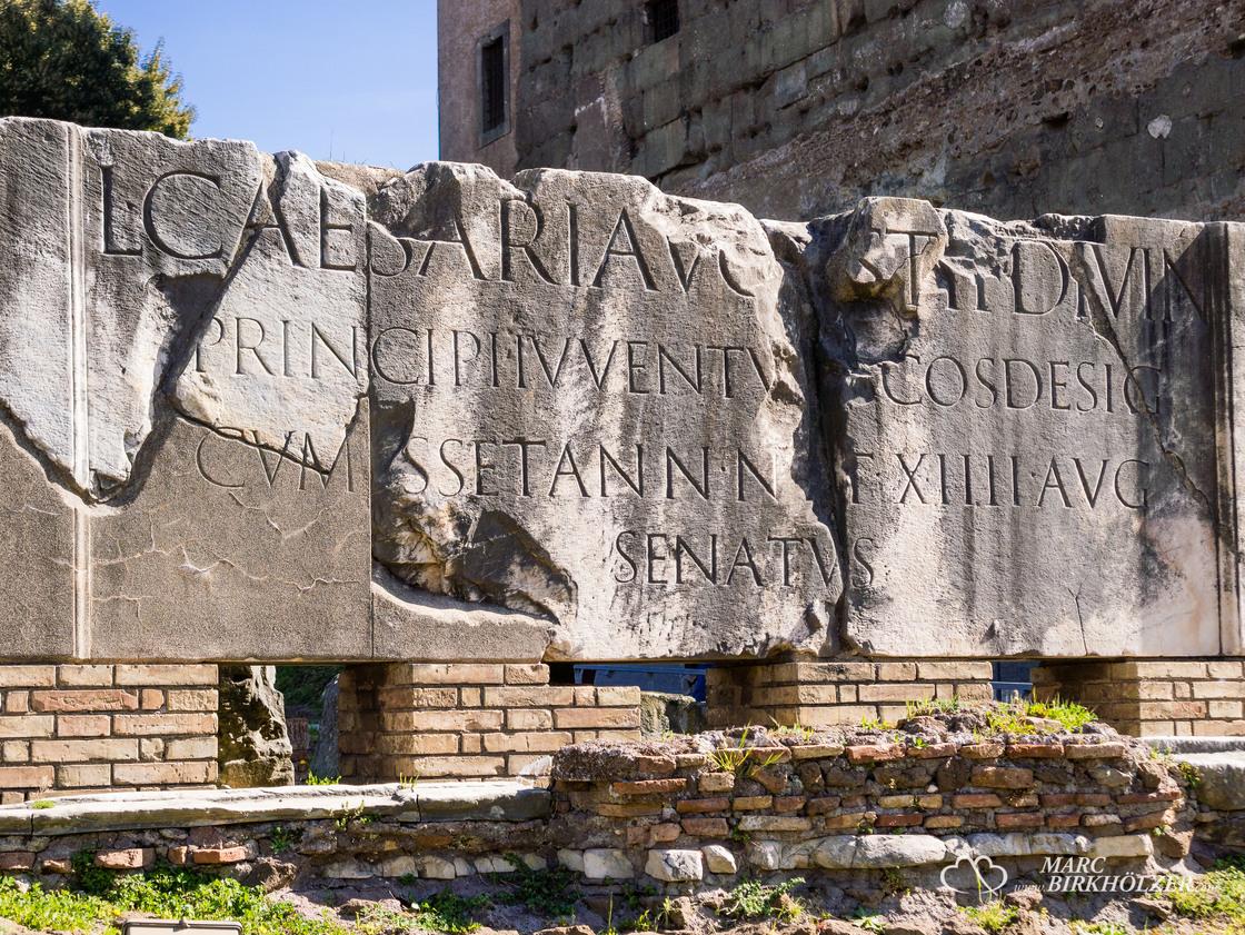 Ein Steinblock der irgendetwas mit dem Kaiser Caesar zu tun hat