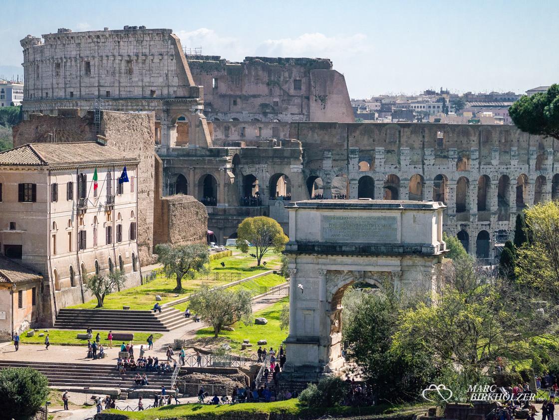 Im Hintergrund das Colosseum, davor der Titusbogen